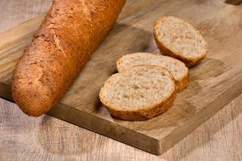 Bruin stokbrood gesneden